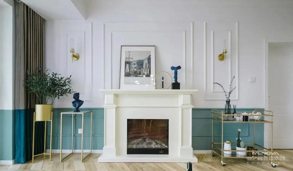 客厅,整体以暖白与墨绿为基调,地面通铺原木色鱼骨拼地板,顶面现代风吊灯,金属质感在细节上为整室添彩不少。