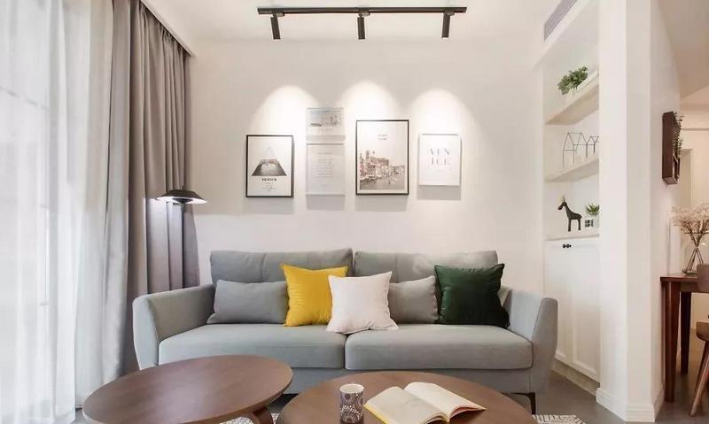 灰色布艺沙发搭配少许明亮的黄色,用对比的绿色作为调色,打开空间的沉闷与单调。