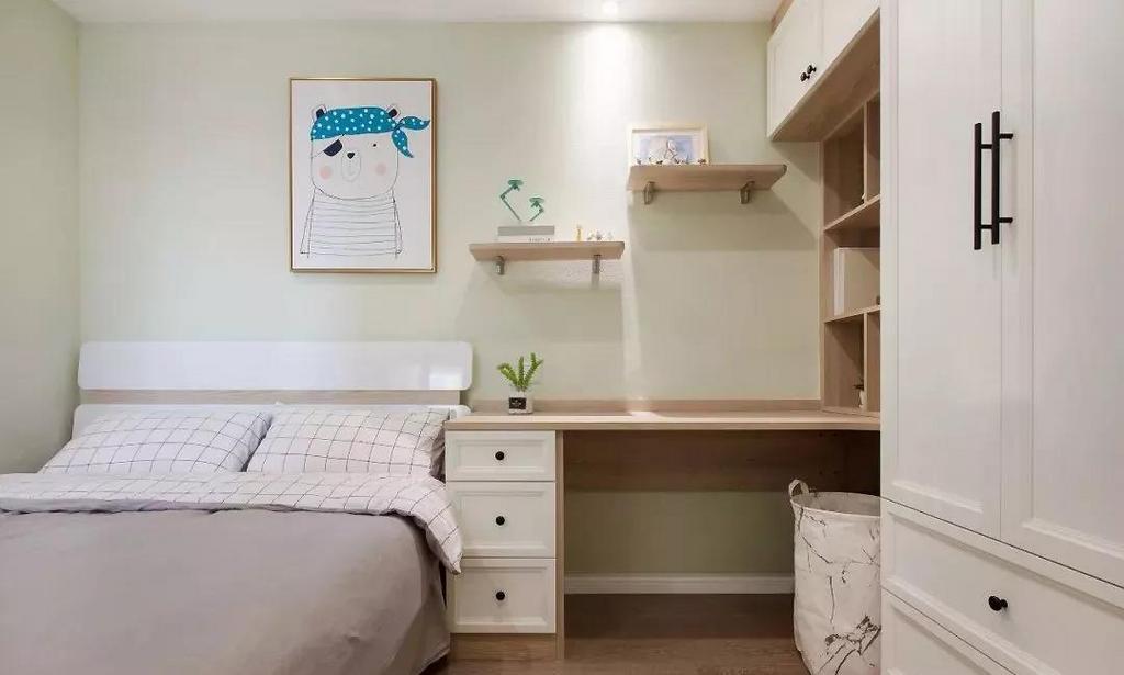 次卧的空间比较小,为了满足孩子的使用需求,做了衣柜与书桌柜组合的设计。