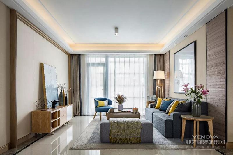 客厅的沙发背景墙处做了对称的木饰面板造型,中间留空的地方刷上暖色调的墙漆和摆放一幅挂画