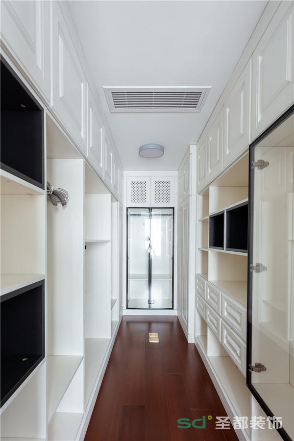 主人表示,主卧需要一个大的衣帽间。所以设计师做了局部改造,把主卧衣柜拆除、北次卧打通做主卧室的步入衣帽间。