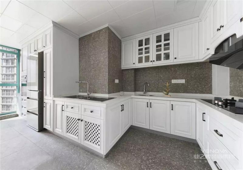 厨房采用灰白色调搭配,简约而富有质感,在风格上也是选用了美式的橱柜,做出一个呼应。各类厨电的嵌入式设计,令整体操作台面保持清爽。