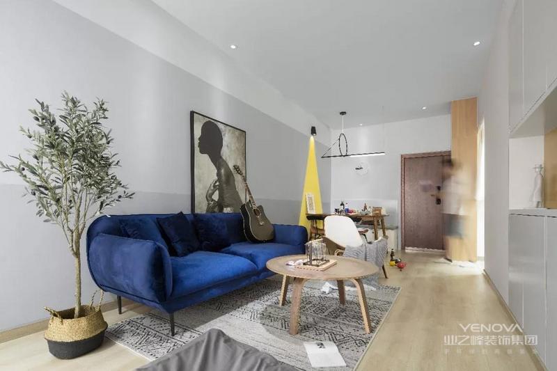 入户玄关走廊和餐厅、客厅结合在了一起,设计师在入户门的侧方做上到顶的木色鞋柜,另一侧作为餐厅使用,紧凑而又实用。