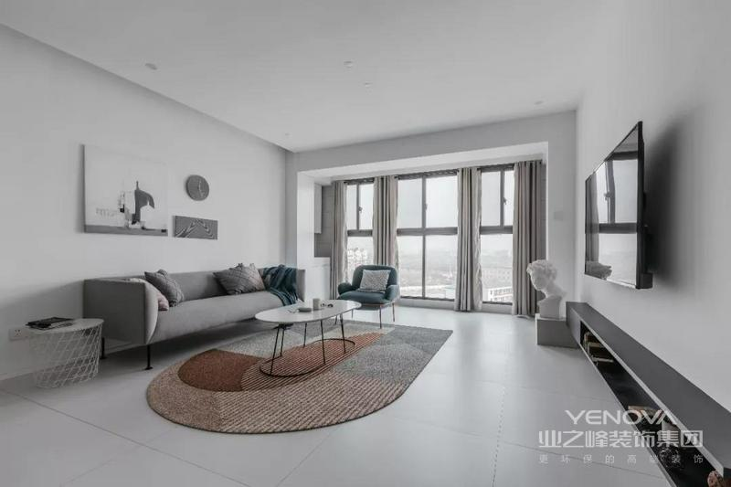 简约浅灰色的客厅空间,低饱和度的空间色调,简洁大方的硬装基础,给人以一种轻松自然的惬意感。
