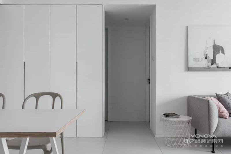餐厅客厅空间隔着过道区域,整体色调同样是以灰调的洁净为主,保持空间视觉的和谐统一。