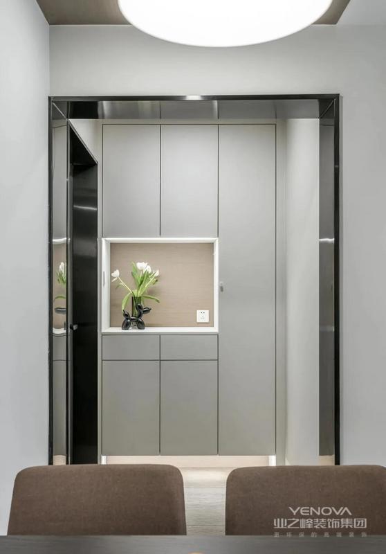 玄关,完美嵌入的收纳柜体,为入户提供方便的换鞋收纳,配置自动灯光+中空收纳格,与黑色垭口形成黑与白的完美交汇