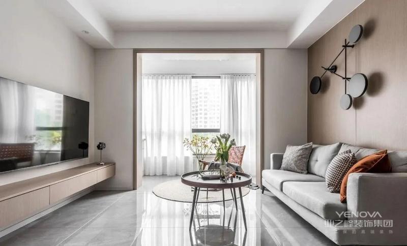 客厅纳入阳台,引光入室,空间被双向拉伸,开阔明亮,灰色地砖搭配墙面的质感原木饰面,因为房高有限,刻意在客厅做无吊顶设计