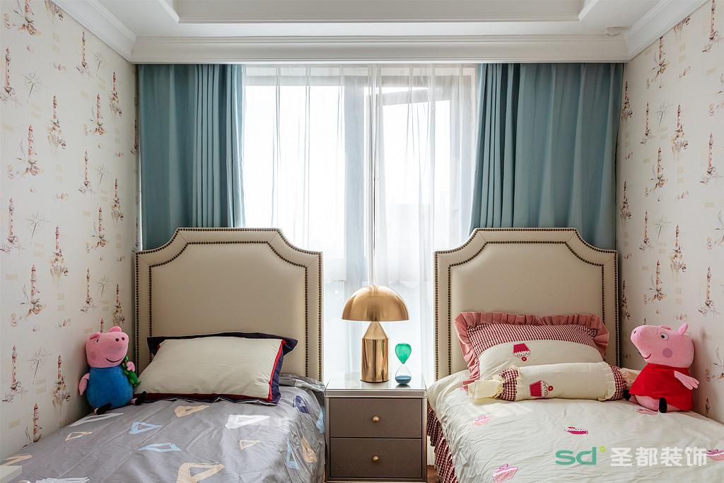 次卧是两个宝宝的房间,在配色上就选择了比较梦幻的粉色和淡蓝色。一蓝一粉,刚好符合龙凤胎宝宝的性别。