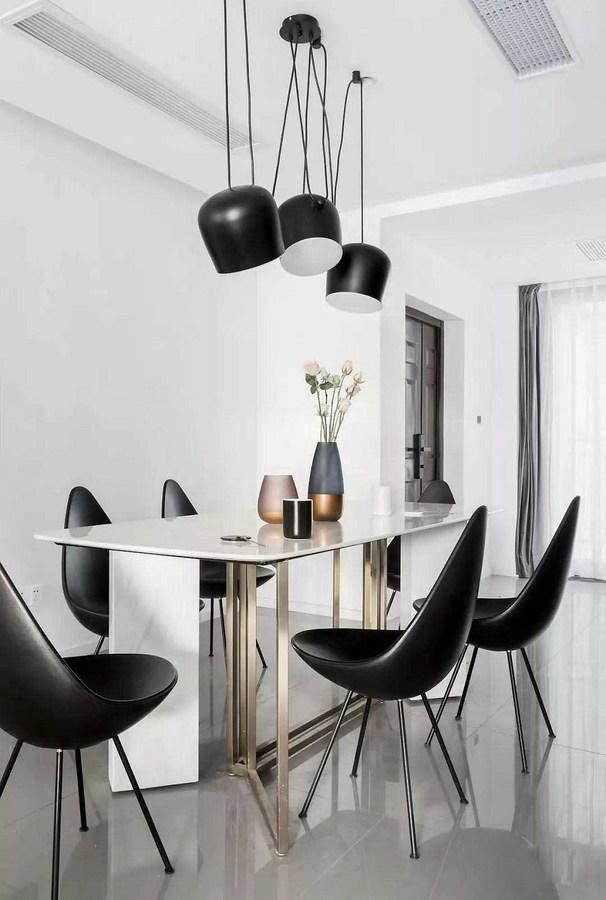 设计师拆除了餐厅不必要的墙体,让整个空间显得更为通透宽敞,光线也能更多的蔓延进来。
