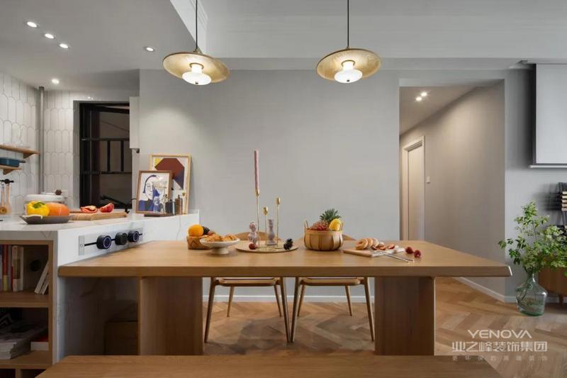 搭配蘑菇椅,满足多人聚餐的需求,桌边暗藏抽屉,让餐厅小物件的收纳更规整。