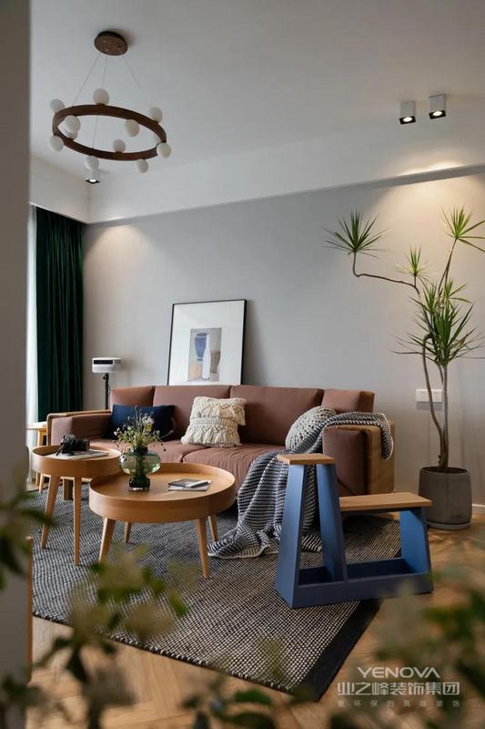 客厅的硬装部分用更高级的原木色.