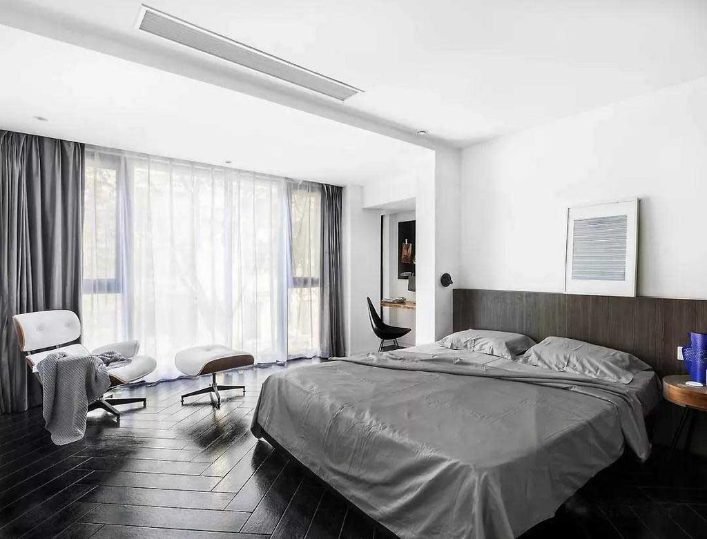 主卧,整个空间以深色调装点出沉稳与质感,灰色系的床单、窗帘搭配白色皮革沙发椅营造静谧氛围。