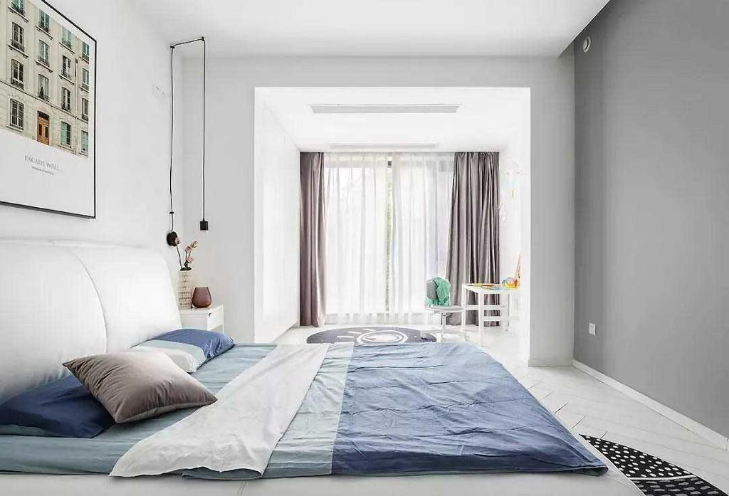 儿童房在充足的光线下显得纯净而舒适,简约的家具和适当的饰品装点共同营造一个舒缓的空间氛围。