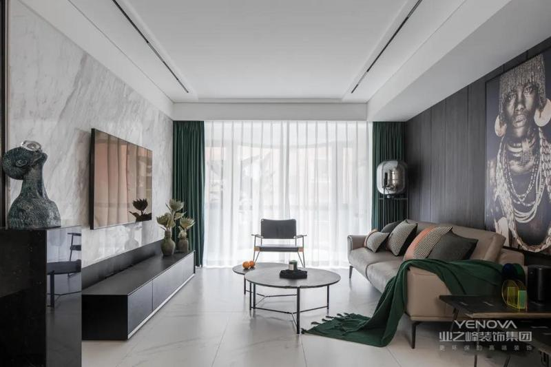 客厅的色调沉着稳重,天花无主灯设计,采用磁吸导轨灯,将现代简约风格表现得淋漓尽致。