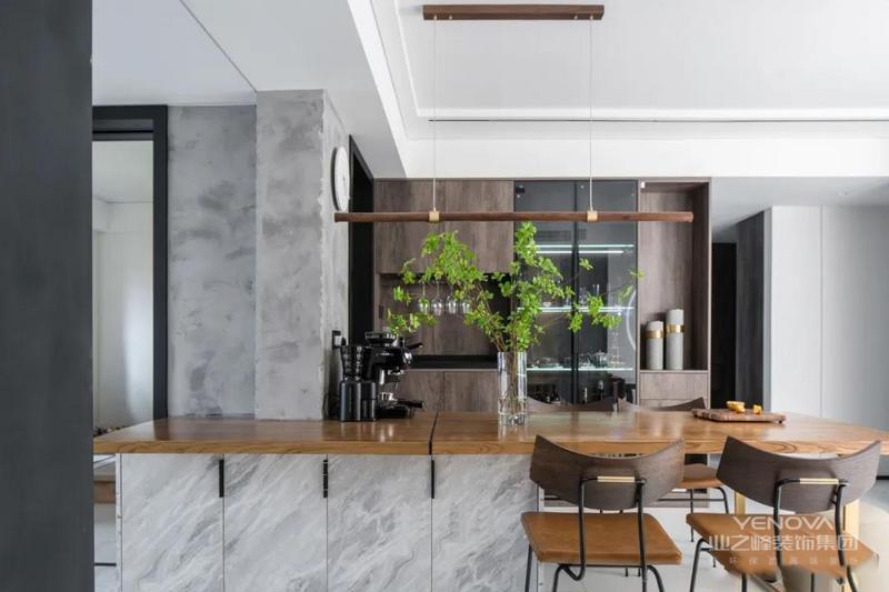 客厅与餐厅相连,通过隔墙的调整,整个空间显得宽敞明亮。利用原有的厨房和次卧承重墙设置岛台,方便平时烹饪西餐或者泡咖啡。