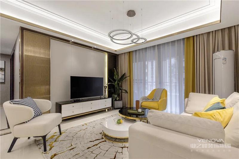 电视墙在灰色墙面基础,两边沿用开发商的金属拉丝背景的设计,布置电视柜与落地盆植的设计,呈现出一个清新而又端庄优雅的华丽视觉感。