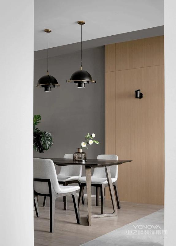 餐厅选用长桌更符合空间基调,同时也能节约空间。高端别致的餐桌椅与灯光的结合,让屋主拥有浪漫雅致的用餐时间。