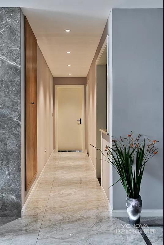 在电视墙与沙发墙两端,分别是走廊与通往二楼卧室的楼梯