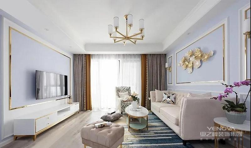 客厅地面通铺橡木地板,色泽清新美观,抽象线条设计的,现代轻奢地毯铺设其中 加以金色勾勒的家具与灯饰 让整个空间更显精致
