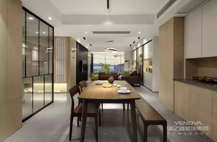 餐厅在木质墙面与餐边柜,搭配上沉稳的餐桌,还配了一张板凳作为餐椅,让空间显得格外的有趣大气。
