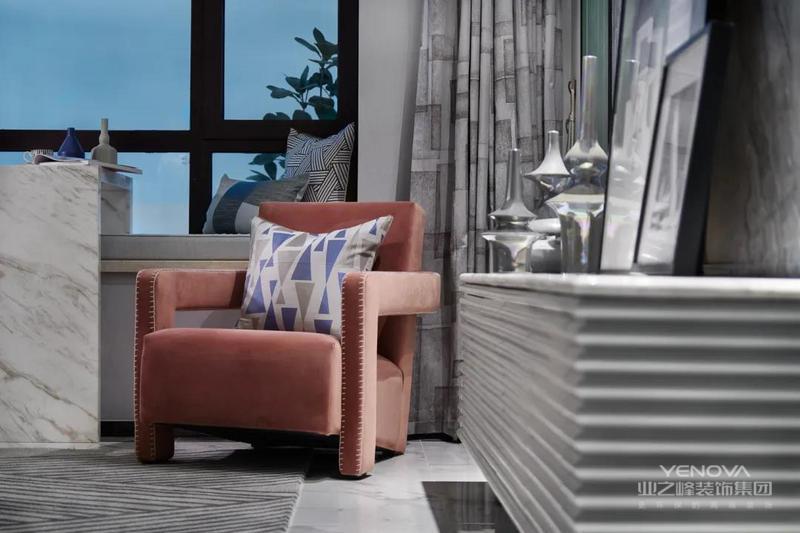 家具软装的配色非常鲜艳丰富,使得客厅空间充满生动跳跃的现代感