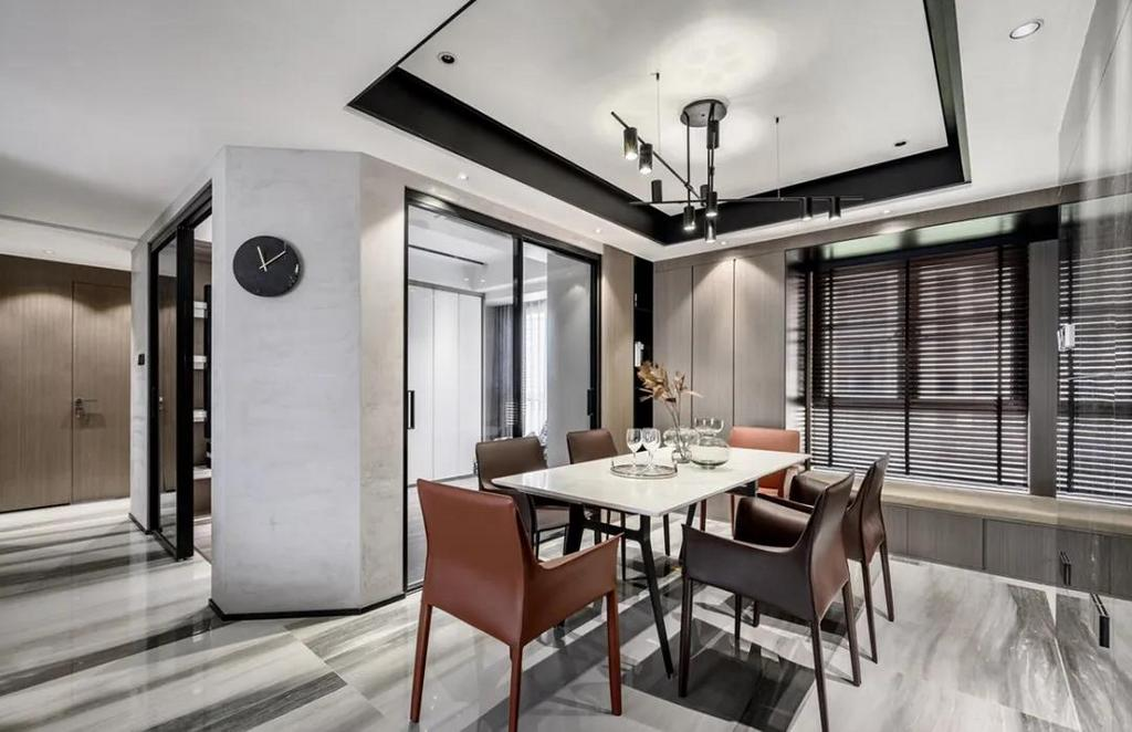 餐厅现代优雅的空间基础,吊顶加入黑色的边框元素,侧边书房空间也是做了个斜角,让餐厅不会显得局促紧迫。