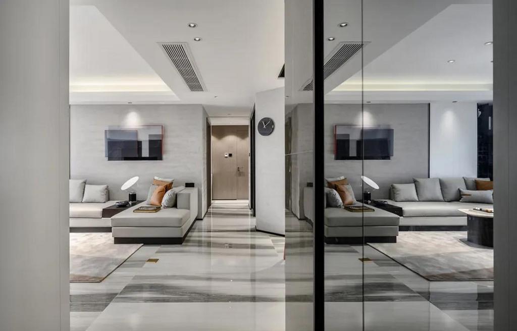 玄关进门对着客餐厅,左侧的茶色玻璃镜面,让空间实现放大的同时,也为主人提供了一个简易的梳妆全身镜功能。