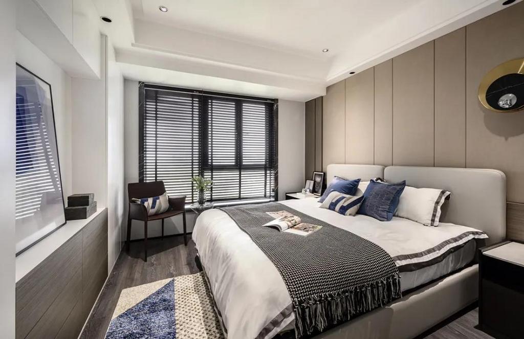 现代舒适的卧室,床头墙以硬包板处理,摆上皮质的床铺,素雅精致的卧室空间,让睡眠体验显得轻松而又优雅从容。