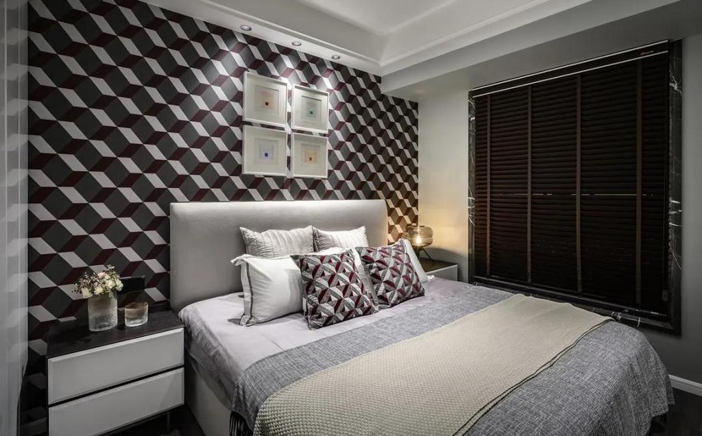 次卧作为老人房,床头墙是深色的立体几何图案的墙布,深色稳重的空间感下,布置皮质床铺,呈现出一种稳重舒适的睡眠氛围气息。