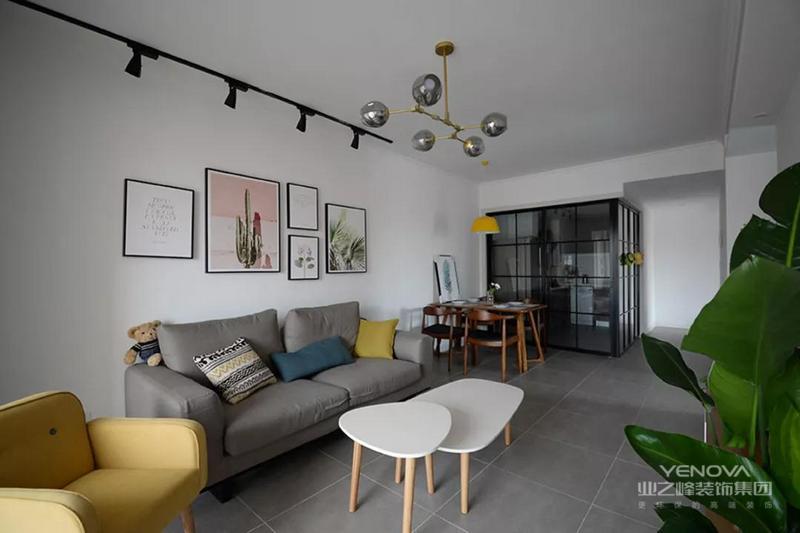 客餐厅被连在了一起设计,白色为主的墙面搭配天护板,只有简单的挂画作为点缀,让人感觉到简约的文艺范。