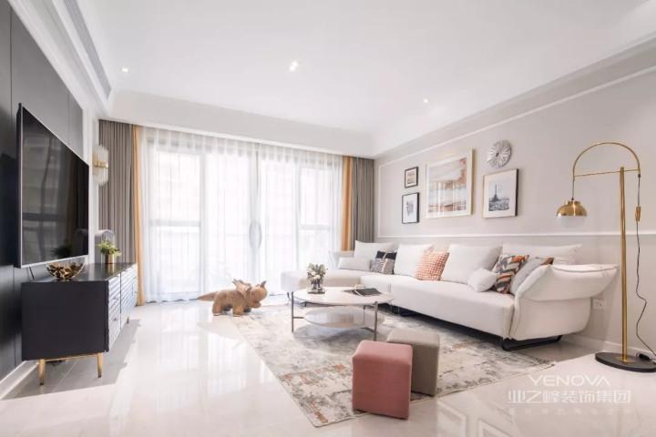 客厅以奶茶色作为优雅的底调,电视墙面的深色正好与大面积的浅色调相平衡。灰色的窗帘拼上一条亮黄,在平静中扬起活泼的波澜。