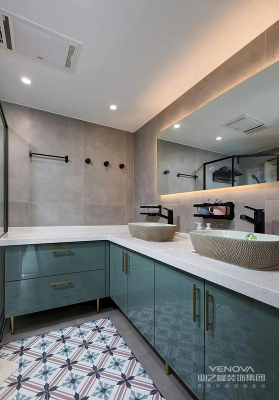 墙地面的灰褐色瓷砖相统一 在地面的中间加铺花砖 也像一块地毯 好看又好打理 双台盆设计 墙镜带入隐形暖光 水绿色的柜门给人清新的视觉感