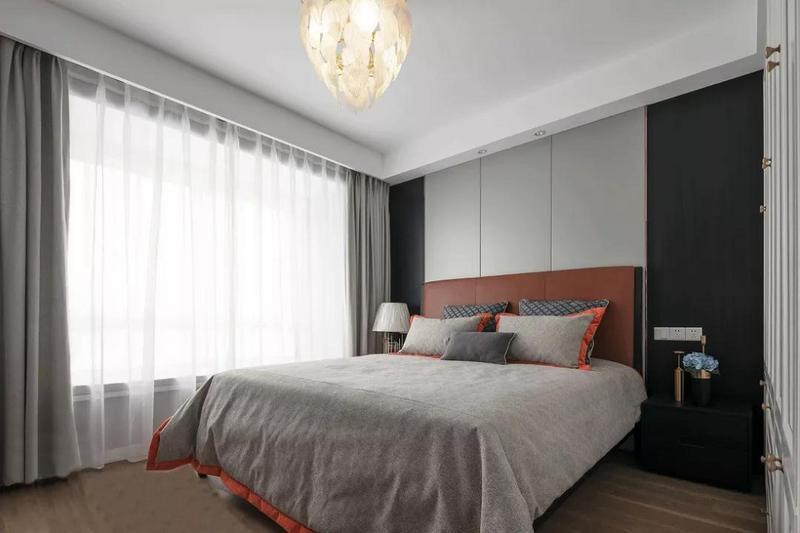 黑白灰作为经典色被运用到了主卧之中,加上橙色软装的点缀,让整体不显沉闷,高雅奢华许多。