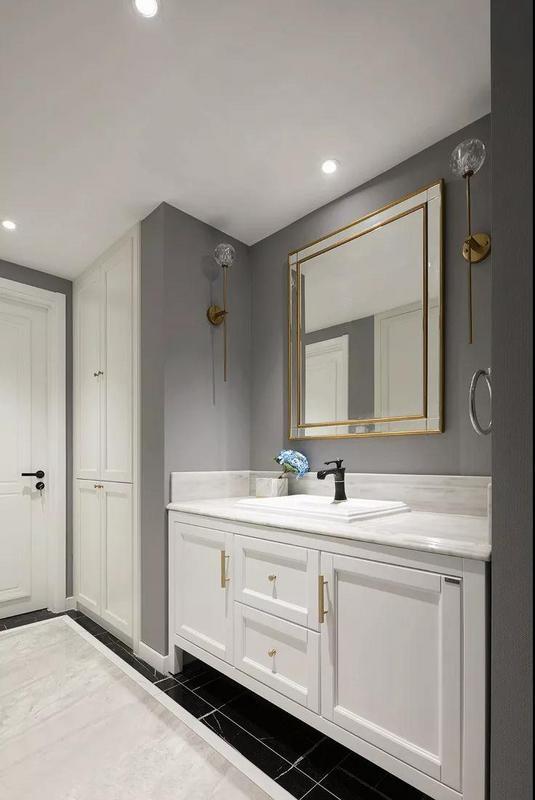 卫生间灰白色调搭配简洁优雅,金色点缀突出精致感,这就是生活最完美的状态。