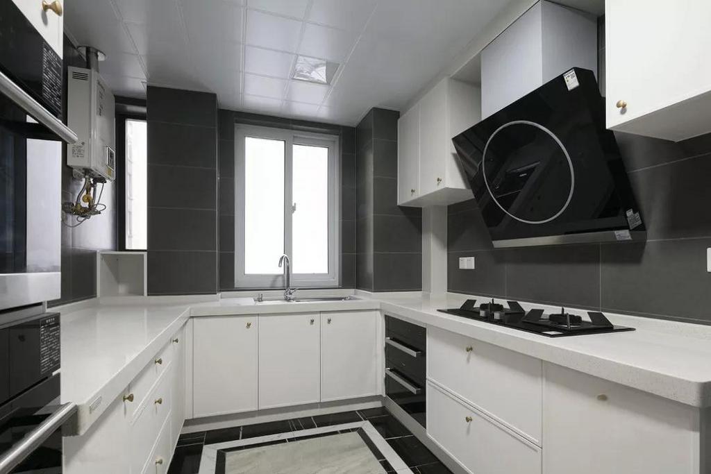 厨房整体用白色橱柜搭配黑色家电,简约至上,又不失时尚感。