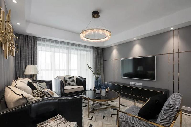 客厅以大面积的灰色海吉布为整个空间增添格调,绝佳的采光性加以丰富考究的灯光设计,营造高端明亮的空间氛围