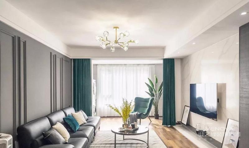 整个客厅空间利用复古绿+大理石来打造内敛轻松的浪漫轻奢风,为了防止过多色彩搭配而产生审美疲劳,以不同程度的灰色奠定全屋基调