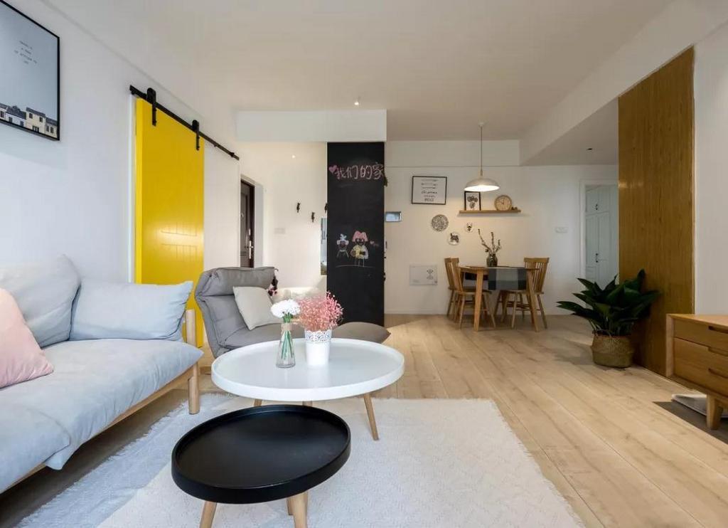 角落的简易小书架,加以绿植的点缀,烘托出自然闲适的空间氛围。