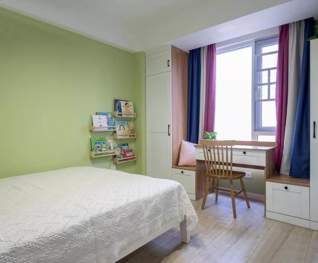 儿童房,绿色墙面和红色抱枕形成对比,让房间更加活泼有朝气