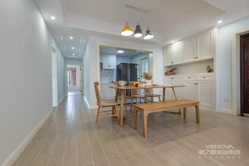 餐厅在大门旁边,餐边柜与鞋柜组合的定制柜,简洁的元木质餐桌,让餐厅自然清新好惬意。