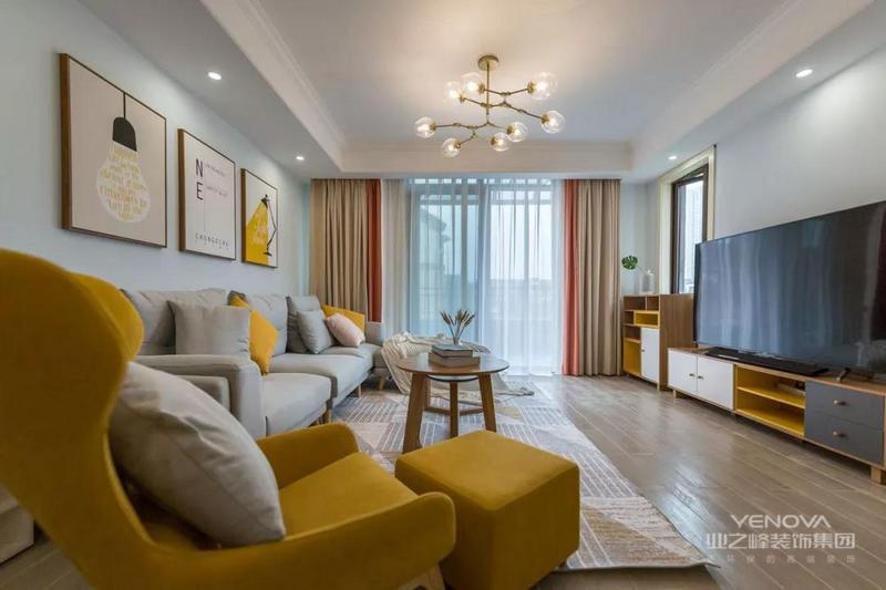 客厅在淡蓝色的墙面基调下,整体简约大方的空间,舒适的软装家具里加入黄色的的点缀,营造出清新活力的氛围,给人以温馨舒适的感受。