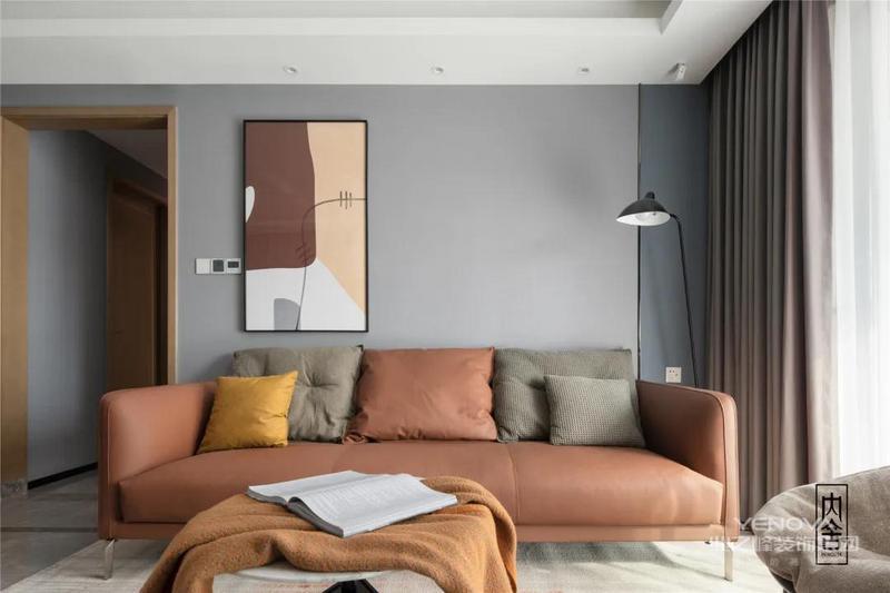 脏橘色皮质沙发打破了客厅的沉寂,生动又俏皮。背景墙加入了灰蓝色的点缀,增加了空间的灵动宁静感也丰富了层次。