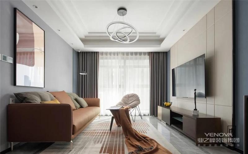 客厅以浅灰色为主色调,灰色大理石纹地砖,电视及沙背景墙则采用了不同材质及不同深浅的灰,奠定了整个空间低调优雅的基调。