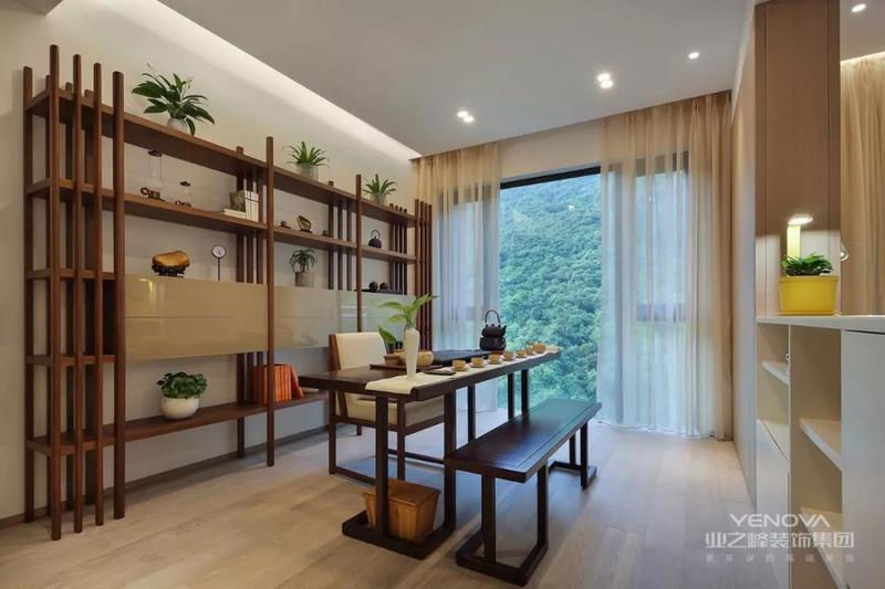 茶室也是书房空间,深木色茶桌搭配长板凳,在这边沏茶,那边品茶,客人比较多也不会显得局促。同时还利用沙发墙做了嵌入式的收纳,更加实用