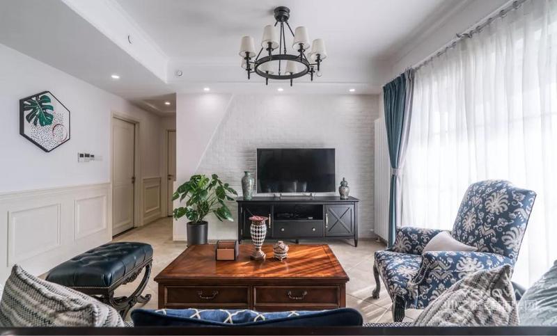 客餐厅开放式设计,采光充足,优雅端庄。美式风格的蓝色沙发和深木色茶几格外吸晴,很喜欢这样沉稳的搭配。