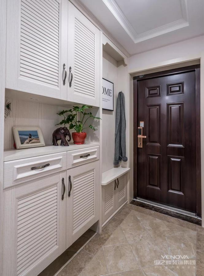 玄关,在进门右手边打造了一体化的换鞋凳+收纳柜设计,美观雅致,实用大方。