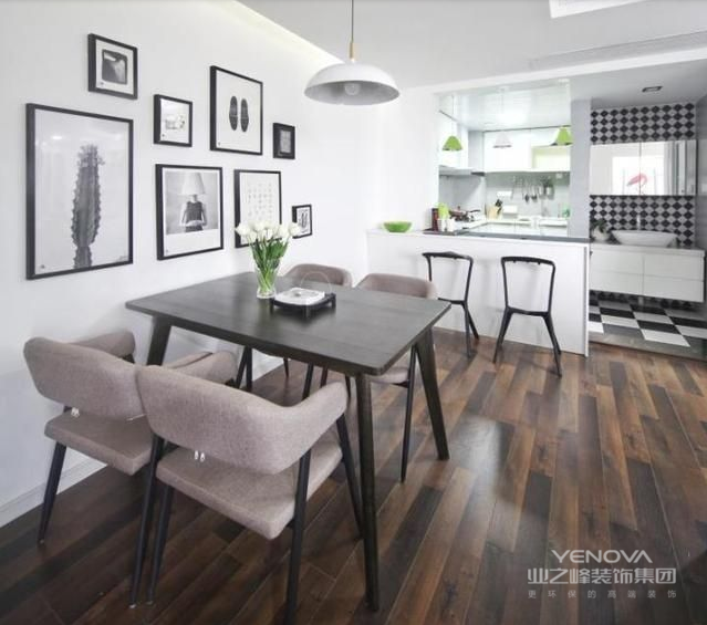 黑色橡木餐桌搭配高级灰的餐椅,颜色深浅交加,与餐厅的黑白瓷砖和墙上的装饰画完美呼应。桌上的一株绿色植物成为餐厅唯一的亮色,增加了生气和活力