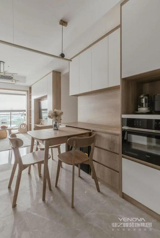 餐厅面积有限,靠墙设计餐边柜,烤箱、微波炉嵌入其中。为了节省空间,还设计抽拉式餐桌,满足日常用餐需求。