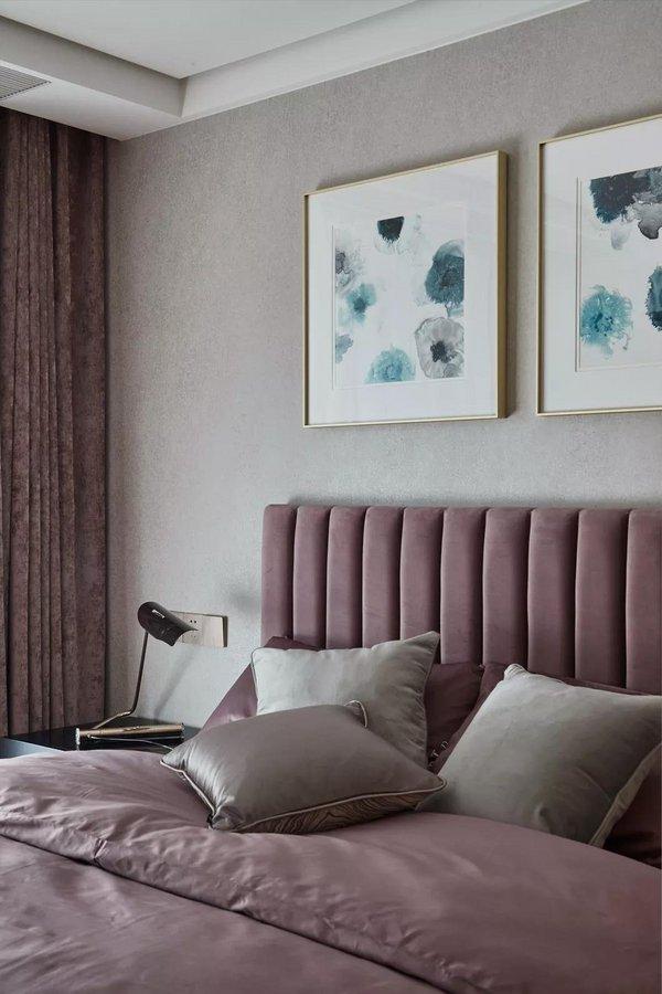 次卧采用柔和的低彩度色系,营造出一个温馨静谧的睡眠环境。绒面、金属、原木等多元材质的应用,让看似简单的卧室更有高级感。
