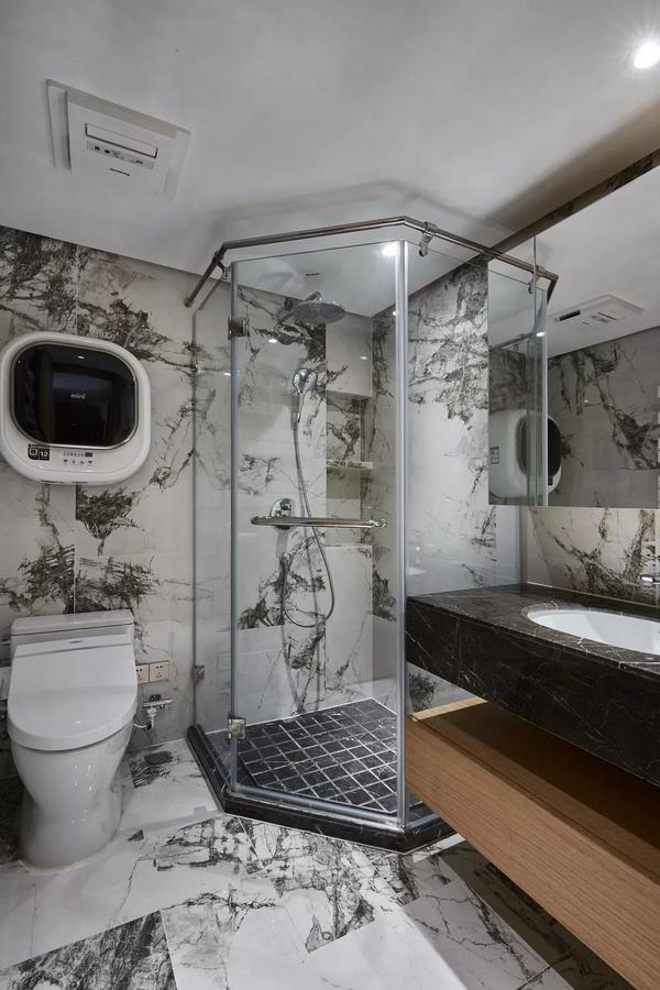 面积不大的分离式卫浴空间,在设计上也显得非常人性化,淋浴房以玻璃推拉门作为隔断,生活动线也很舒适。